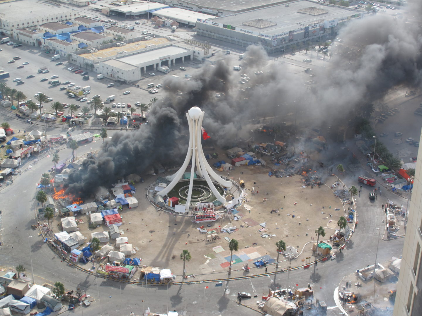Tents burning as security forces storm Pearl Roundabout, Bahrain